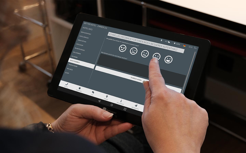 Hotelgast gibt eine Bewertung an der digitalen Gästemappe ab