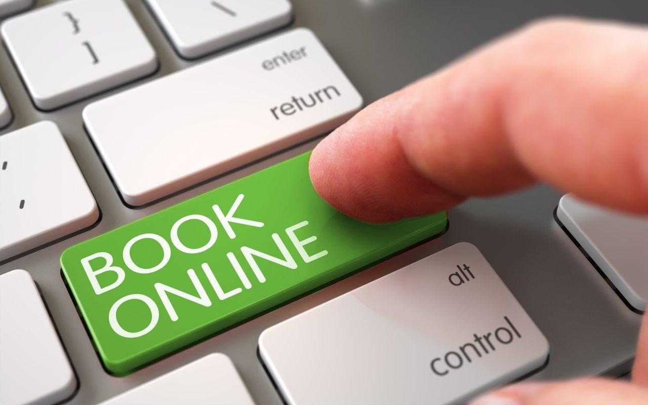 Finger auf Tastatur mit grüner Taste Online buchen
