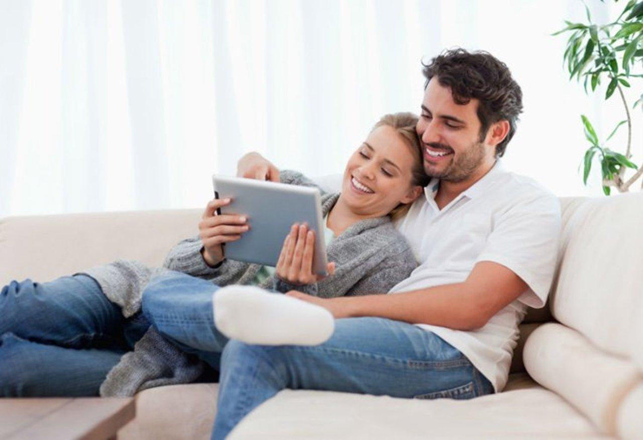Hotelgäste im Hotelzimmer nutzen digitale Zimmermappe