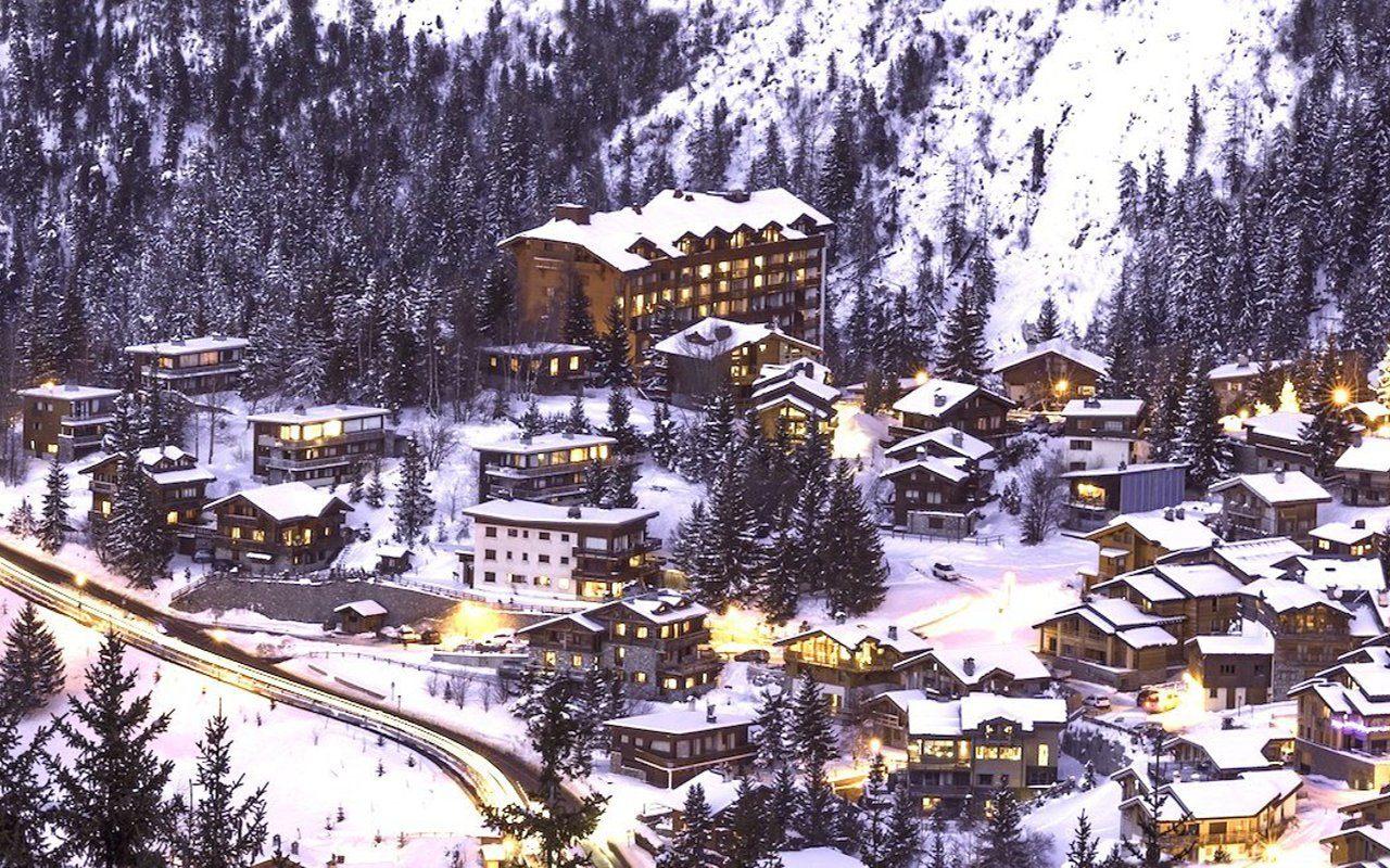 Alpendorf im Schnee mit leichter Abenddämmerung