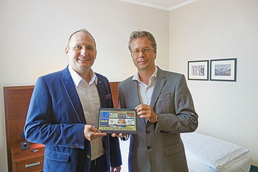 Hoteldirektor Olaf Seibicke und Geschäftsführer von Betterspace Alexander Spisla präsentieren die digitale Gästemappe iQ Tab