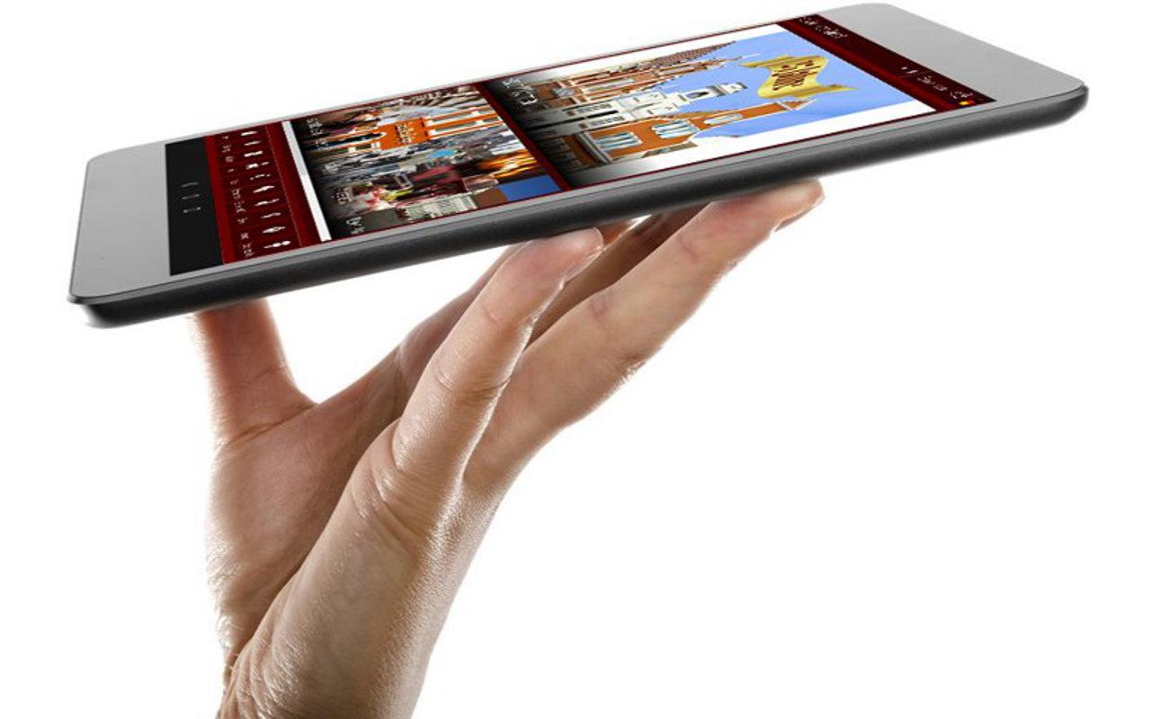 Digitale Gästemappe in der Hand vom Hotel Alter Speicher in Wismar