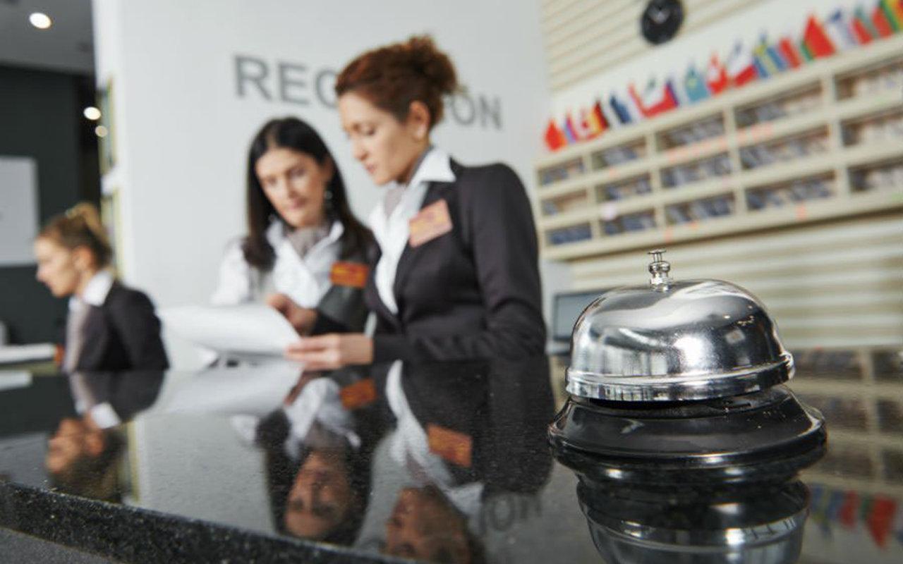 Mitarbeiter an der Hotel-Rezeption unterhalten sich