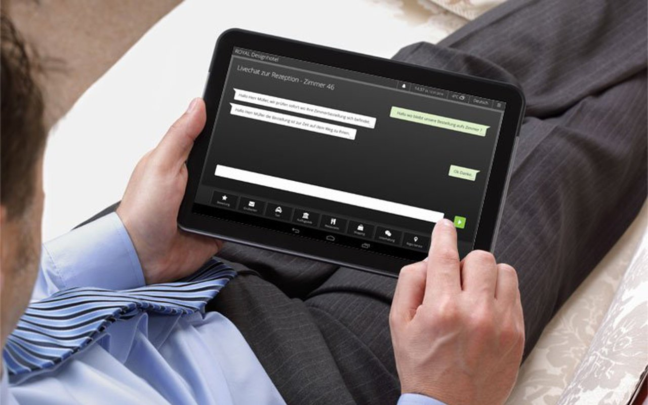Hotelgast chattet mit der Rezeption über die neue Live Chat Funktion der digitalen Gästemappe iQ Tab