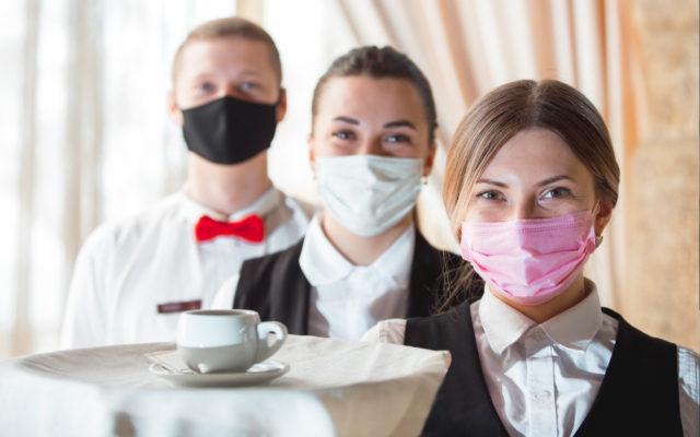 Hotelmitarbeiter mit Maske