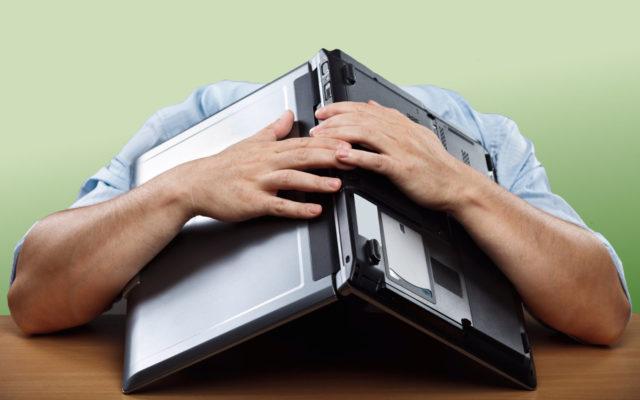 Mann verzweifelt mit laptop